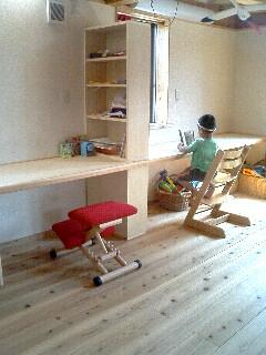 次男も造り付け机で読書