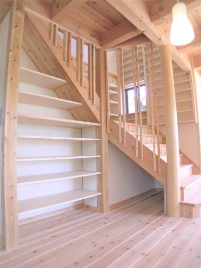 階段下を利用した収納棚