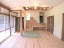 リビングには埋め込み畳とステージ階段