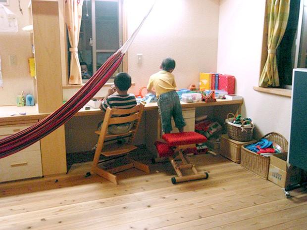 子ども部屋で一緒に遊ぶ