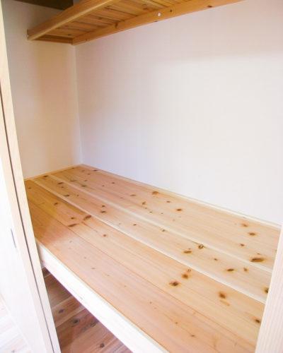 無垢の杉板の押し入れ