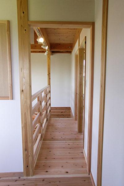 2階の廊下は吹き抜けと一体化