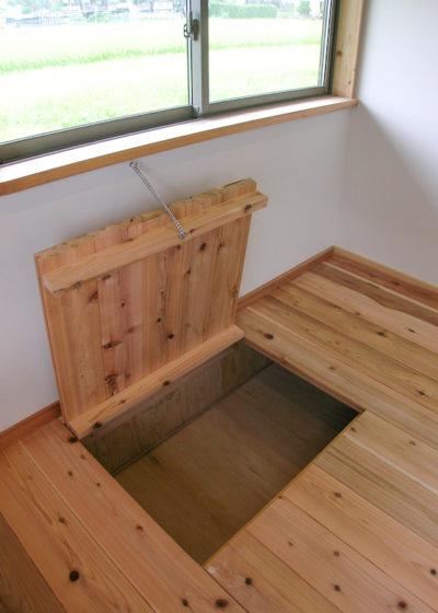 段差を利用した床下収納
