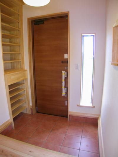 玄関には壁面収納と飾り棚