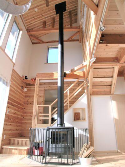 煙突が天井までのびる薪ストーブ
