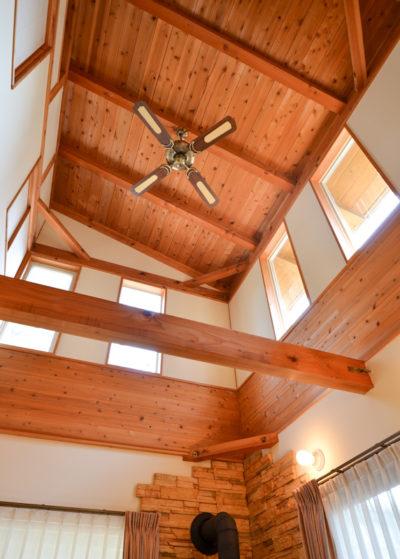 勾配天井にも無垢の杉板