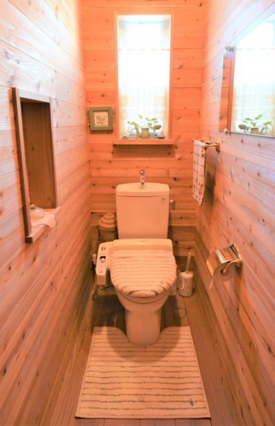 全面杉板のトイレ