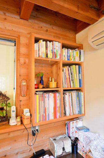 キッチンカウンターの本棚