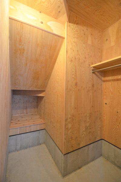 階段裏を利用した収納