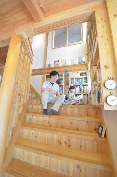 幅広のリビング階段