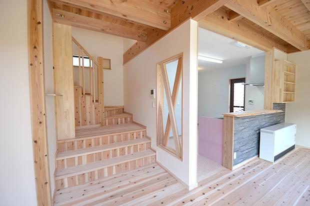 リビングに繋がるリビング階段とキッチン