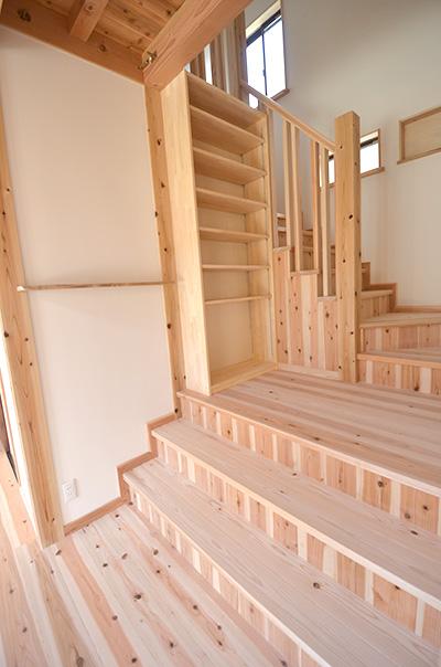 リビングステージ階段の踊り場の造り付け収納