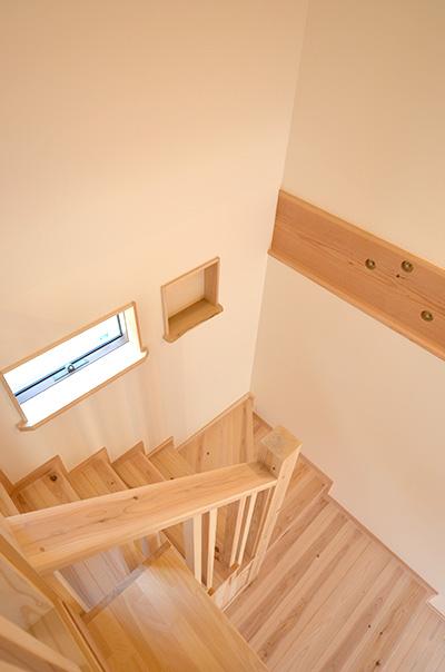 大工さん手作りの無垢板でできた階段