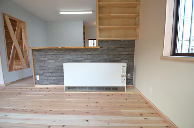 キッチンカウンター横の収納とアルディ(蓄熱暖房機)