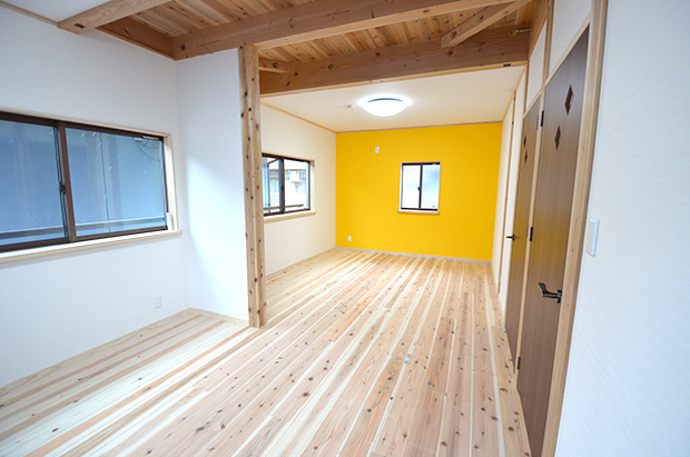 壁のビビッドな色が印象的。2階の子ども部屋