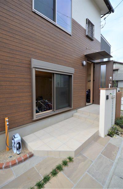 玄関の隣にロードバイク用の扉