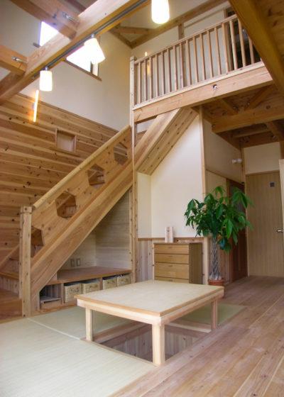 吹き抜けと階段が一体となっているリビング