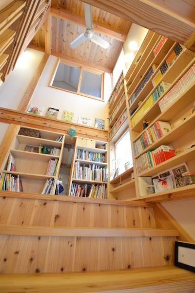 T様のステージ階段は大きな本棚