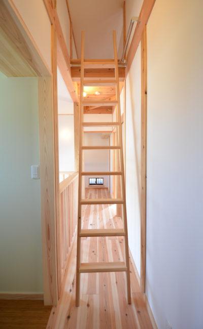 2階廊下からロフトに上がれる