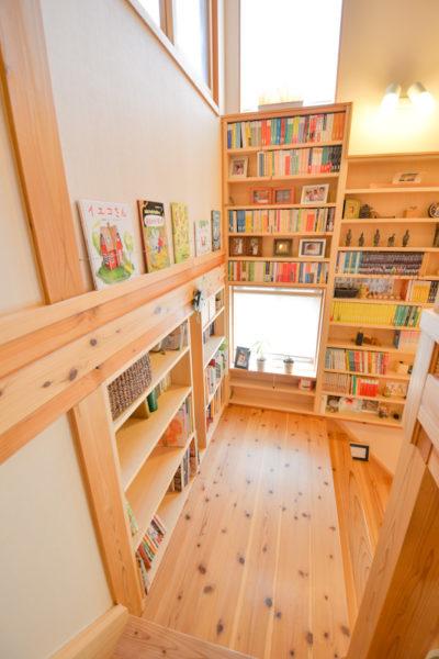 本棚のある踊り場