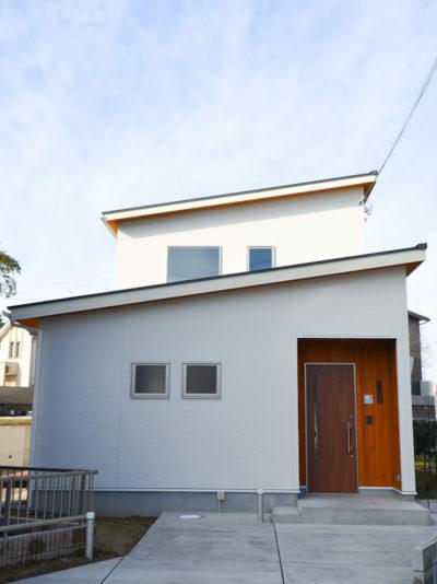 片流れ屋根の白いお家