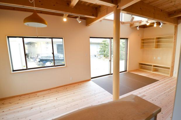 埋め込み畳でくつろぐ明るいリビング木の家
