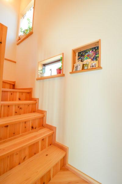 大工さん手作り階段に飾り棚