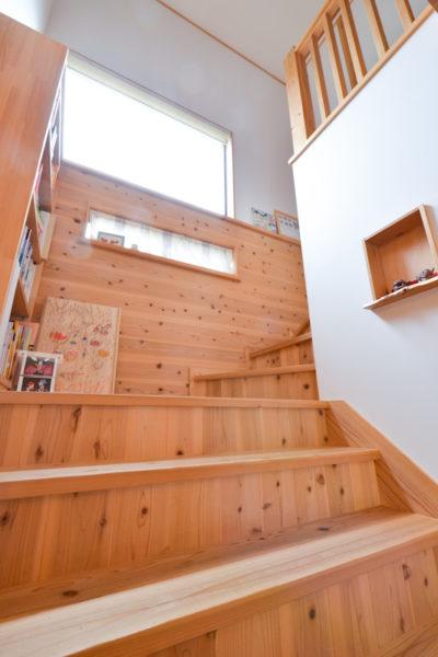 大きな階段は本を読んだり遊んだりできるたのしい空間
