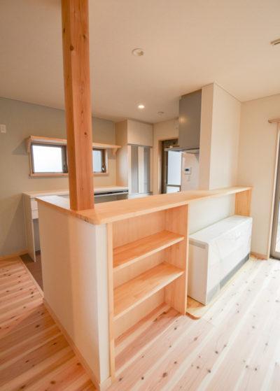 キッチンカウンターには収納と蓄熱暖房