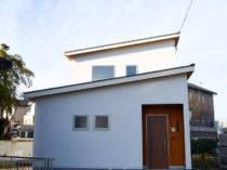 白い外観の家
