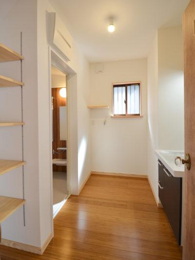 洗面脱衣室の床は竹フローリング