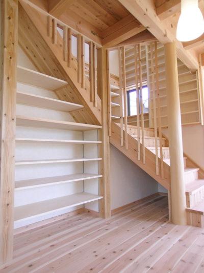 階段したのスペースを利用した収納