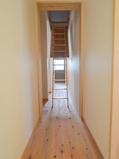 2階廊下からあがれる小屋裏収納