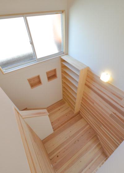 図書スペースのあるステージ階段