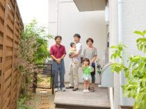 玄関先でT様ご家族集合写真