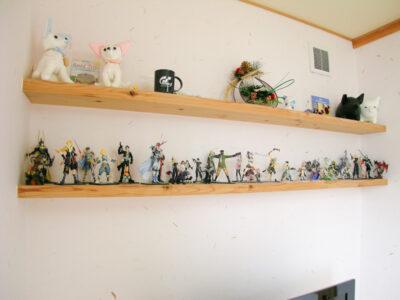 飾り棚にご主人の趣味のフィギュア