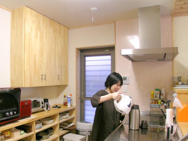 キッチンに奥様